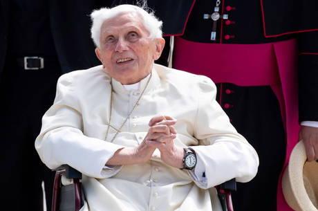 Papa emérito está gravemente doente