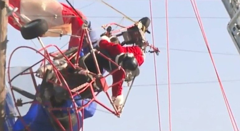 Papai Noel de parapente foi resgatado após ficar preso em rede elétrica nos EUA