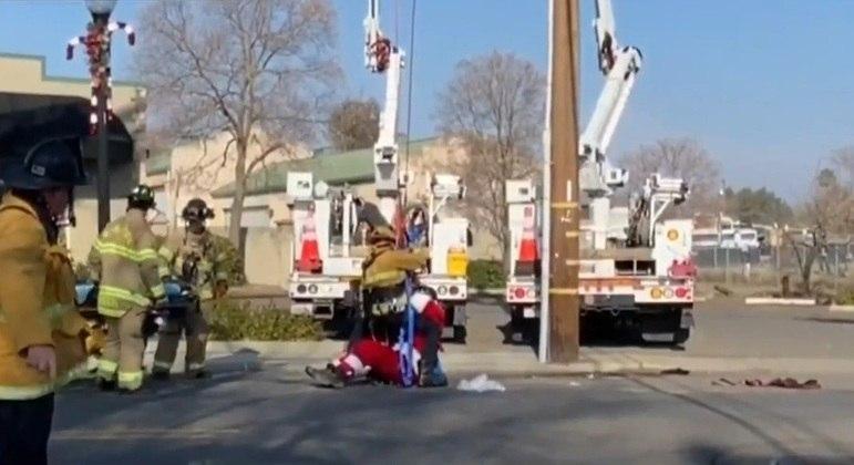 O Papai Noel parapentista foi resgatado com sucesso pelos bombeiros