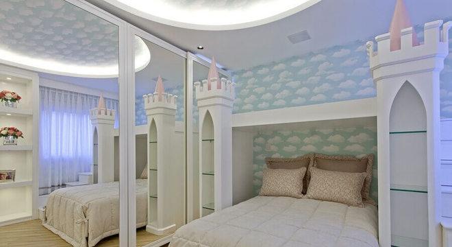 papel de parede infantil para quarto com cama em formato de castelo