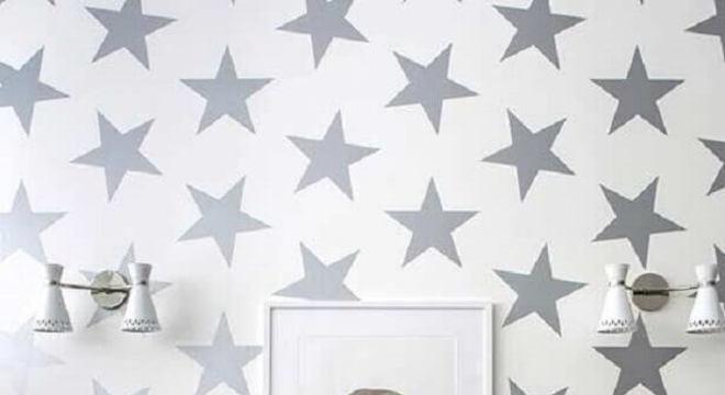 papel de parede para quarto infantil cinza com estampa de estrelinhas