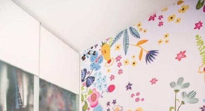 papel de parede para quarto infantil com estampa de flores coloridas