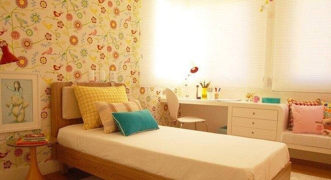 papel de parede para quarto infantil feminino com estampa de flores e passarinhos