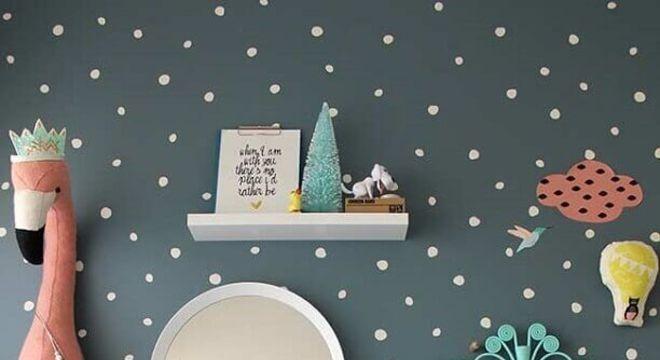 papel de parede para quarto infantil feminino com parede cinza e cama azul turquesa