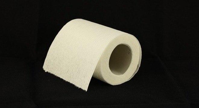 Celulares estão presentes nos banheiros assim como o papel higiênico