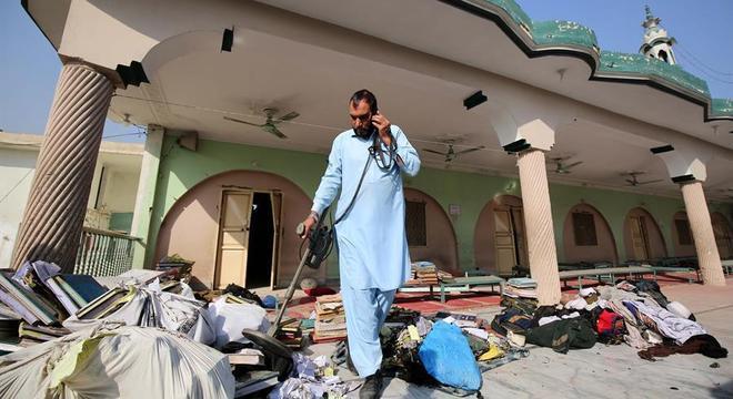 Oficial paquistanês inspeciona local da explosão em Peshawar