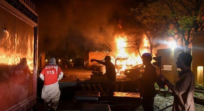 Explosão de um carro-bomba causou incêndio no hotel e outros veículos