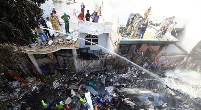 Avião caiu em área residencial quando estava perto de pousar