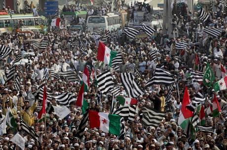 Manifestantes pedem renúncia de premiê paquistanês