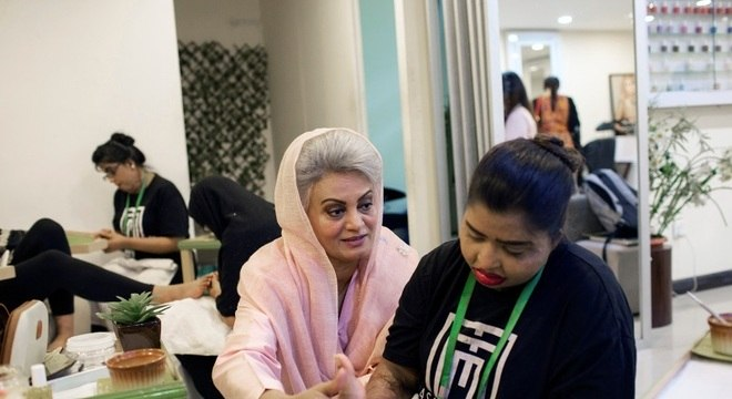 Masarrat Misbah já ajudou 700 mulheres que foram vítimas de ataques com ácido