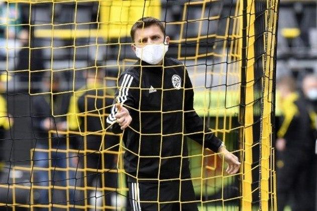 Para checar as redes antes da partida, o árbitro Deniz Aytekin, de Borussia Dortmund e Schalke 04, teve que utilizar uma máscara.