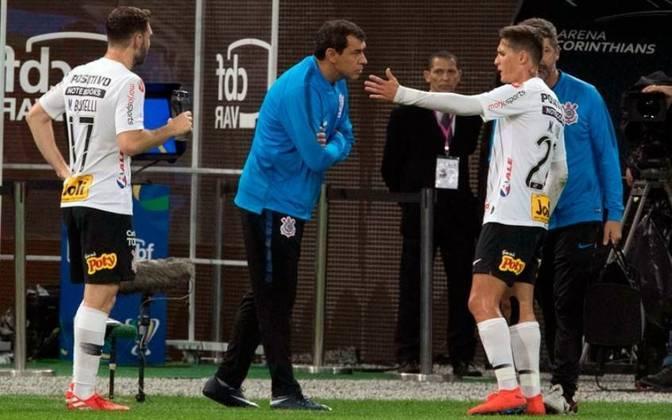 Para começar, o técnico não é mais o mesmo: após o tricampeonato consecutivo do Paulistão, Fábio Carille deixou o comando da equipe, mas apenas em novembro, após uma derrota para o Flamengo, por 4 a 1. Na ocasião, eram oito jogos sem vencer, algo que não acontecia desde 2013.