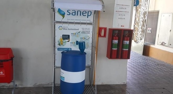 Para descartar o óleo, o SANEP disponibiliza bombona e funil