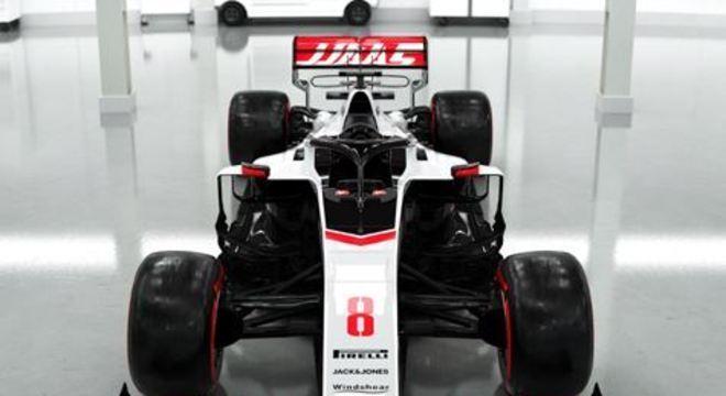 Para este ano, a Haas traz de volta as cores preta, vermelha e branca, configuração que havia sido alterada nem 2019