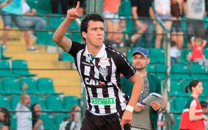 Para ganhar experiência, foi emprestado ao Figueirense em 2013 e foi bem, fazendo oito gols em 27 jogos e sendo o vice-artilheiro da equipe na Série B, ajudando o time catarinense a subir para a Série A de 2014.