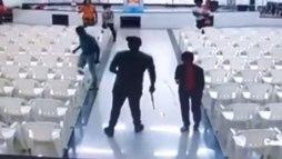 Vídeo mostra momento em que homem invade igreja em MG e atira em fiéis (R7)
