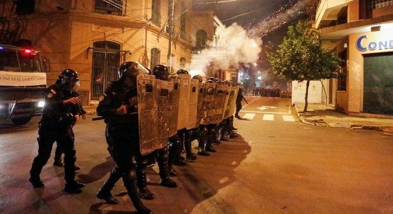 A polícia entrou em confronto com manifestantes após a decisão do Congresso