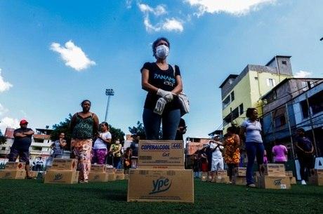 Voluntários ajudam liderança em locais como Paraisópolis