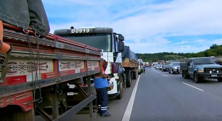 Cerca de 170 caminhoneiros pararam no acostamento da rodovia