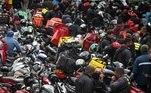 Motoboys e entregadores de aplicativos protestam na Avenida dos Bandeirantes, na zona sul da cidade de São Paulo, nesta quarta-feira, 01. Eles realizam uma paralisação dos serviços nas principais cidades do País. A pauta de reivindicações engloba desde a definição de uma taxa fixa mínima de entrega por quilômetro rodado até o aumento dos valores repassados aos entregadores por serviços realizados. A categoria também cobra das empresas uma ajuda de custo para a aquisição de equipamentos de proteção contra a covid-19, como máscaras e luvas. As empresas afirmam que estão fornecendo os equipamentos. Na mobilização de hoje, os motoboys prometem obter a adesão de pelo menos metade do efetivo à disposição de aplicativos como iFood, Rappi, Loggi e Uber Eats.