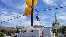 Deu ruim: bombeiros resgatam paraquedista preso em fiação