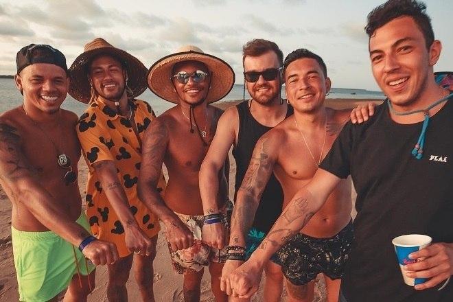 Desde a época que era jogador do Santos, onde estava Neymar estavam os 'parças'. O grupo chamado de Toiss segue com o craque em todos os lugares do mundo! Na última quinta-feira (19), o jornal espanhol 'Mundo Desportivo' publicou que cada um dos cinco recebem 11 mil euros, cerca de R$ 50 mil. Na foto, Jota Amancio, Neymar, Cris Guedes, Gustavo Almeida, Gil Cebola e Gui Pitta curtiam o Réveillon de 2019