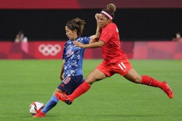 Parecendo quase voar, jogadora do Canadá tenta roubar a bola