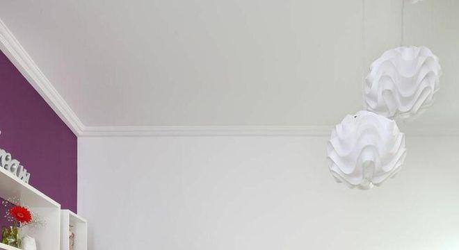 parede com pintura roxa e nichos de madeira branca
