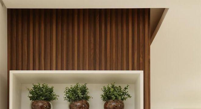 parede revestida com nichos de madeira brancos