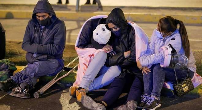 Parentes de vítimas de ação policial em festa clandestina, em Lima, no Peru