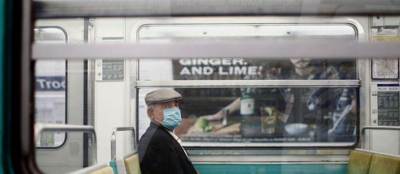 Passageiro usando máscara no metrô de Paris