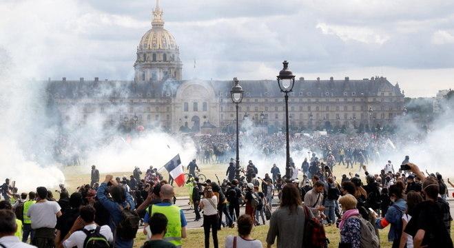 Marcha da saúde em Paris teve confronto da polícia com grupo de manifestantes