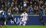 Club Brugge 1x1 Paris Saint-GermainCom o trio de ataque mais popular do momento, com Mbappé, Messi e Neymar, o PSG teve uma primeira etapa de jogo bem pacata contra o Club Bruge. Ander Herrera abriu o placar logo aos 15 minutos após grande jogada de Mbappé, mas sofreu o empate com Hans Vanaken, logo em seguida, aos 27 minutos
