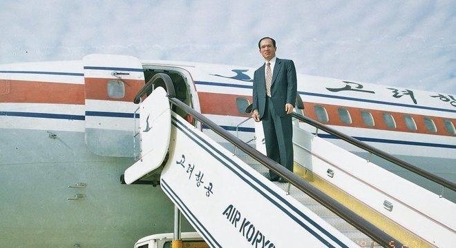 Park Chae-seo prestes a embarcar em um avião norte-coreano na época de sua missão a Pyongyang