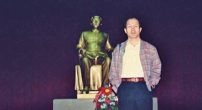 Park em frente ae uma estátua de Kim Jong-il, em Pyongyang, em 1997: ele afirma que conheceu o então líder supremo da Coreia do Norte naquela época