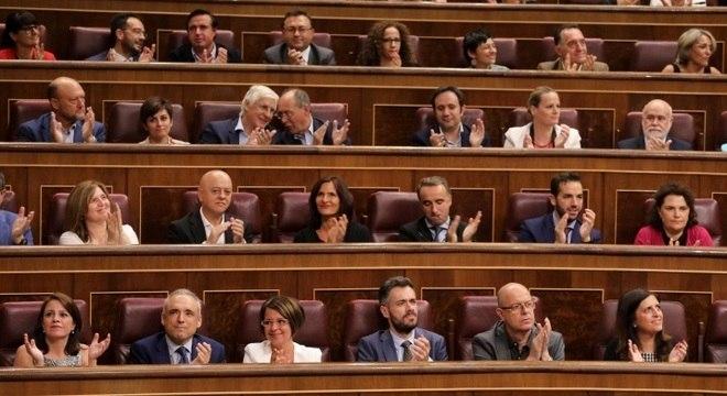 Deputados socialistas comemoraram vitória no Parlamento espanhol