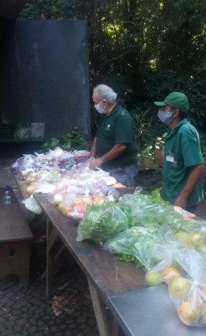 Doações de alimentos são feitas em dias específicos no Burle Marx