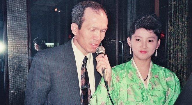 Parque Chae-seo em um bar de karaoke em Pyongyang durante o período em que atuou disfarçado. Ele afirma que foi testado muitas vezes no país