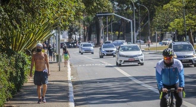 Trânsito de veículos, bicicletas e pessoas no entorno do parque do Ibirapuera