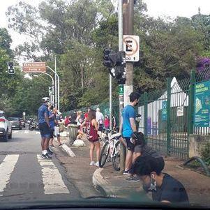 Frequentadores aguardam abertura do parque do Ibirapuera