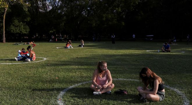 Frequentadores do Ibirapuera ficam em círculos pintados no gramado