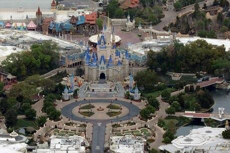 Parque temático Magic Kingdom, da Disney, após seu fechamento