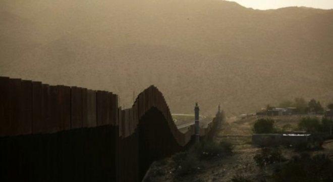 Parte recém-construída do muro na fronteira EUA-México