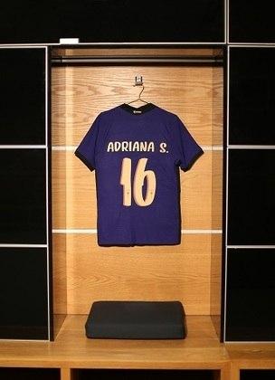 Parte traseira da camisa mostra a numeração e o nome da jogadora, no caso a atacante Adriana.