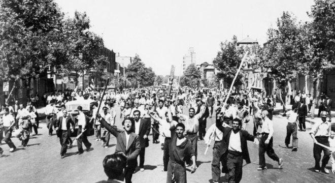 Partidários da monarquia do xá Mohamed Reza Pahlevi em manifestação nas ruas de Teerã em 1953