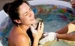 mulher segura recém-nascido depois do parto na piscina