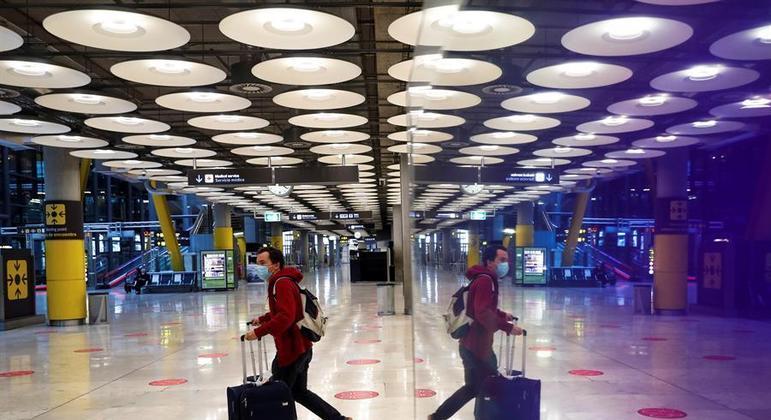 Passageiro no aeroporto de Barajas, em Madrid, onde voos do Brasil estão suspensos desde fevereiro