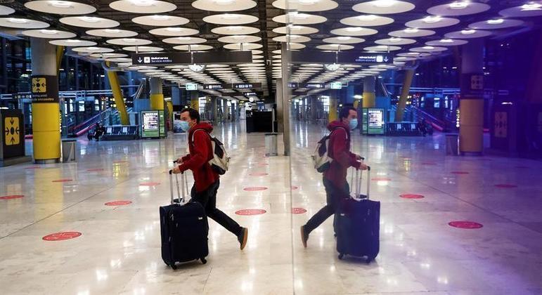 Passageiro no aeroporto de Barajas, em Madrid, onde voos do Brasil foram suspensos