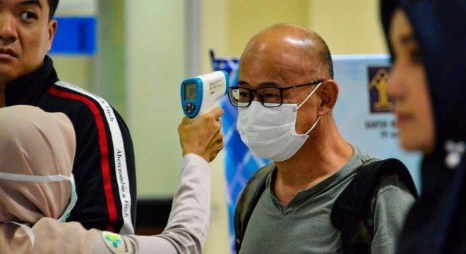 """Passageiro tem sua temperatura checada na Indonésia; OMS orientou que """"o mundo inteiro esteja em alerta"""" para o coronavírus"""