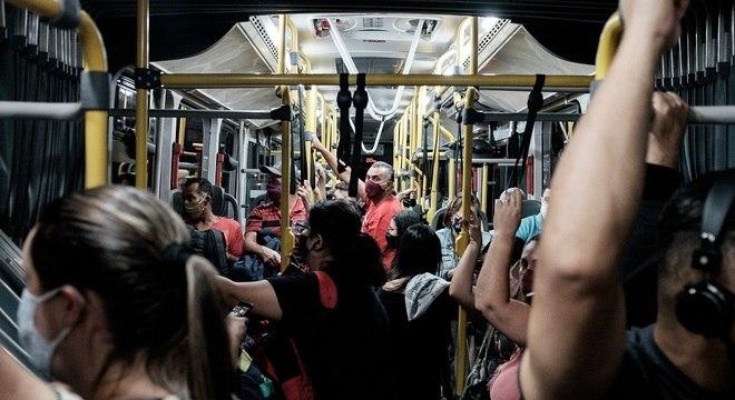 Ônibus com janelas lacradas e ar-condicionado acentuam transmissão